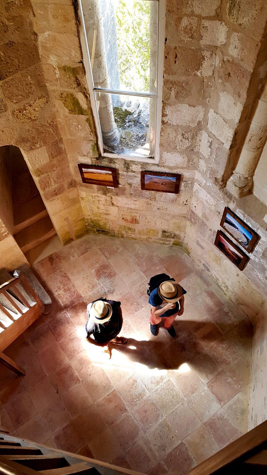 Vue en plongée sur une des salles d'exposition du vieux clocher